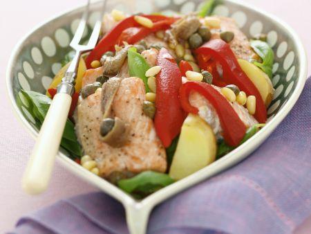 Lachssalat mit Gemüse und Sardellen
