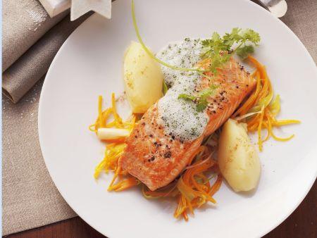 Lachsschnitte mit schaumiger Kräutersoße und Karottenstreifen