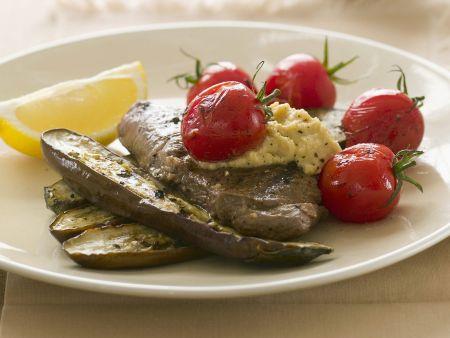 Lamm mit Auberginen, Tomaten und Hummus-Dip