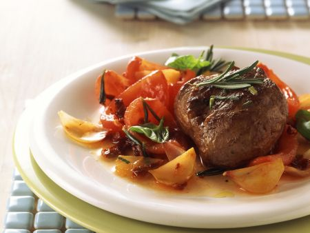 Lamm-Rosmarin-Steak auf Tomatengemüse