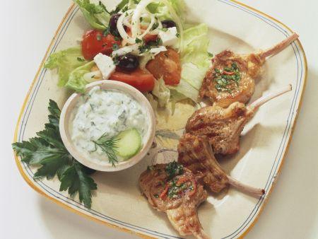 Lammchops mit Zaziki und griechischen Salat