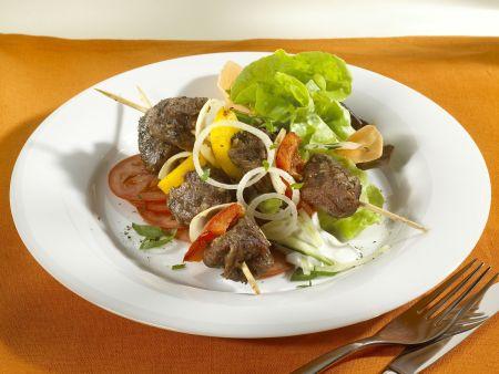 Lammfleischspieße mit Salat