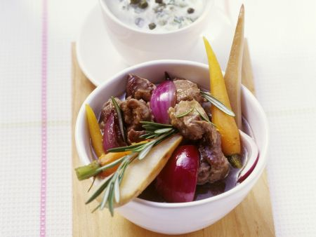 Lammfleischtopf mit Karotten, Zwiebeln und Pastinaken