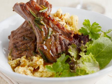 Rezept: Lammkarrees mit Blattsalat und Kartoffelbrei