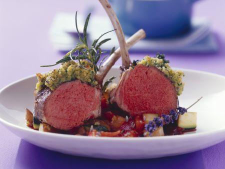 Lammkoteletts mit Kräuterhaube und Ratatouille-Gemüse