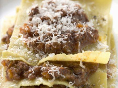 Lasagne mit Hacksoße und geriebenem Käse