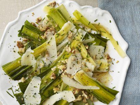 Lauch-Walnuss-Salat mit Parmesan