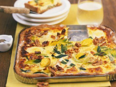 Lauchkuchen mit würzigem Käse und Nüssen