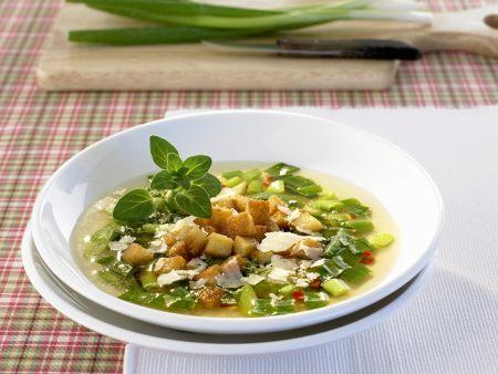 Lauchzwiebelsuppe mit Croutons und Parmesan