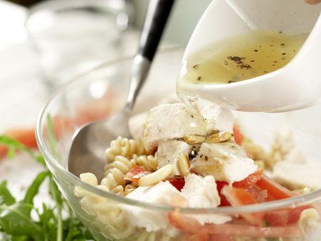 Lauwarmer Hähnchen-Nudel-Salat: Zubereitungsschritt 11