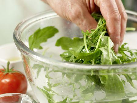 Lauwarmer Hähnchen-Nudel-Salat: Zubereitungsschritt 2
