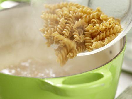 Lauwarmer Hähnchen-Nudel-Salat: Zubereitungsschritt 7