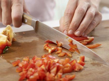 Lauwarmer Nudel-Gurken-Salat: Zubereitungsschritt 1