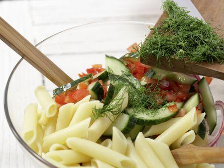 Lauwarmer Nudel-Gurken-Salat: Zubereitungsschritt 8