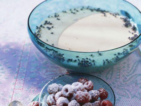 Rezept: Lavendelcreme mit Himbeeren