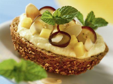 Leinsamensemmel mit Mangocreme und Trauben