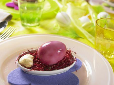 Lila Osterei mit Mayonnaise