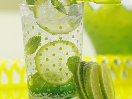Limetten-Drink mit Minze