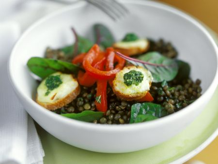 Linsen-Paprika-Salat und Croutons mit Ziegenkäse