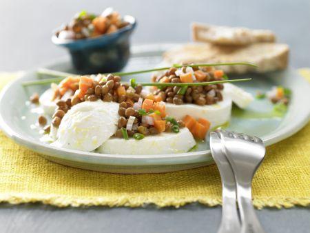 Linsensalat auf Mozzarella