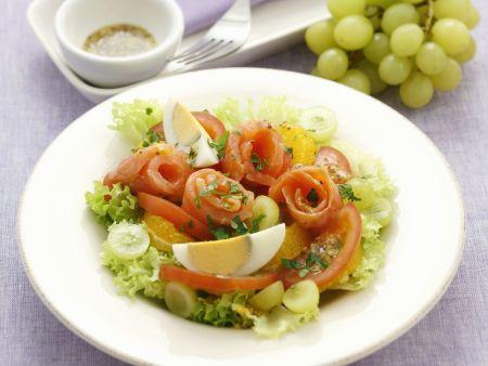 Lollo Bianco mit geräuchertem Lachs, Tomaten, Trauben und Ei