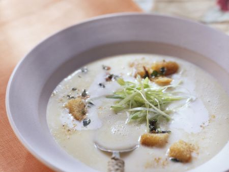 Luftige Kartoffelsuppe mit Kräutercroutons