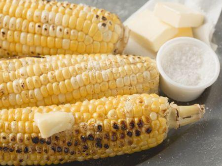 Maiskolben vom Grill mit Salz und Butter