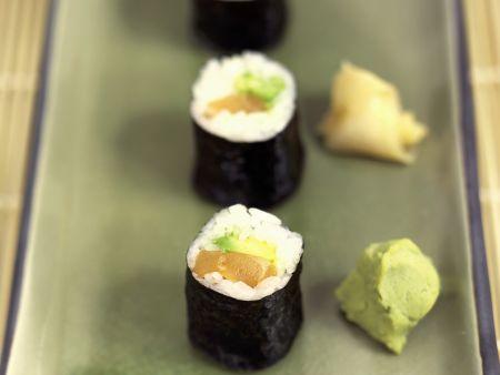 Maki mit Lachs und Avocado
