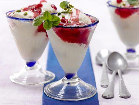 Mandelmilch-Eis mit Granatapfelsirup