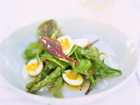 Mangoldsalat mit grünem Spargel und Wachteleiern