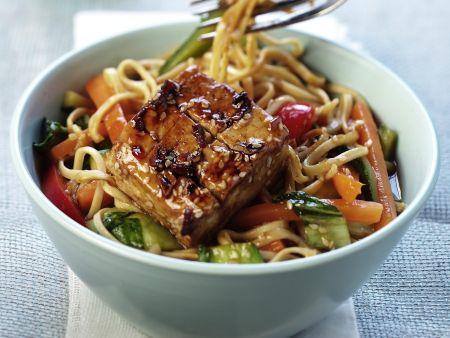 Marinierter Tofu mit Gemüse und Asia-Nudeln