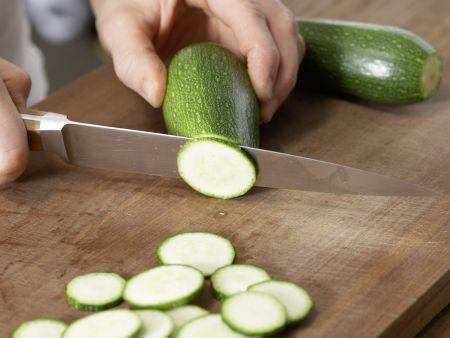 Mariniertes Ingwer-Zucchini-Gemüse: Zubereitungsschritt 1