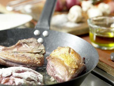 Geschmortes Hähnchen in Rotwein: Zubereitungsschritt 3