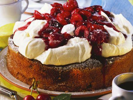 Marmorkuchen mit Schlagsahne und Kirschen