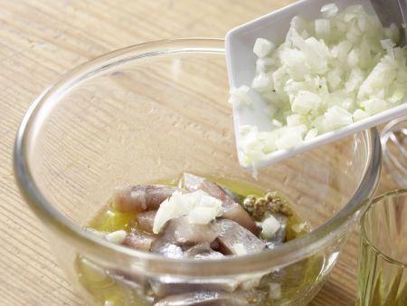 Matjessalat auf Crostini: Zubereitungsschritt 3