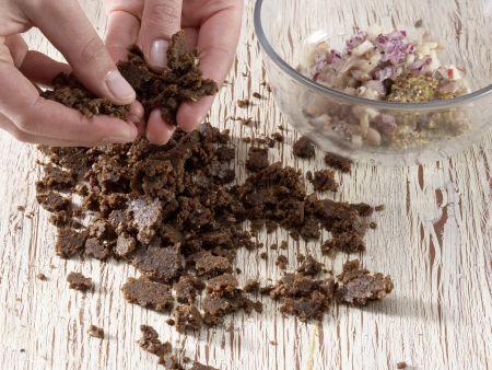 Matjestatar auf Pumpernickelbröseln: Zubereitungsschritt 3