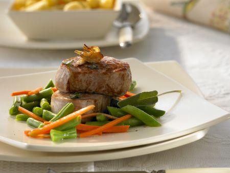 Medaillons vom Schwein mit Bohnen und Karotten