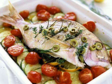 Rezept: Mediterrane Dorade mit Tomaten und Zucchini