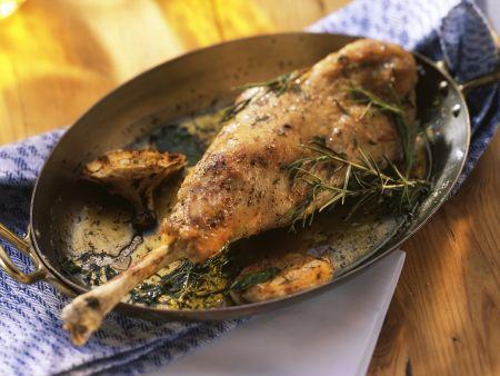 Rezept: Mediterrane Zickleinkeule mit Knoblauch