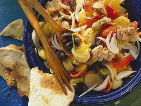 Rezept: Mediterraner Kartoffelsalat mit Oliven,Thunfisch und Paprika