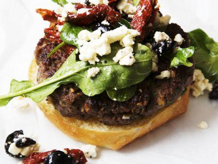 Mediterraner Lamm-Burger mit Schafskäse, getrockneten Tomaten und Oliven