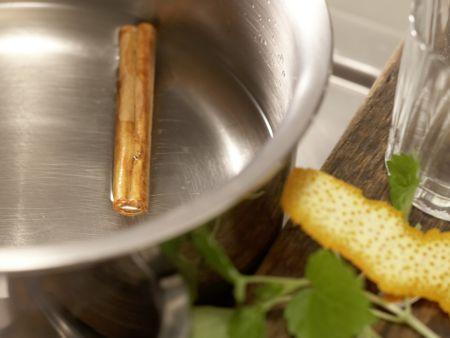 Melisse-Zimt-Tee: Zubereitungsschritt 2