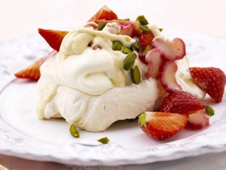 Meringue mit Erdbeeren und Rhabarber