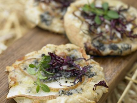 Mini-Pizza mit Radicchio, Birne und Gorgonzola
