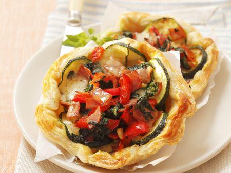Mini-Quiche aus Blätterteig mit Zucchini, Spinat und Mozzarella