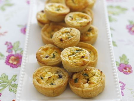 Mini-Quiches mit Feta und karamellisierten Zwiebeln