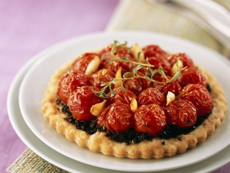 Mini-Tarte mit Olivencreme und Cherrytomaten