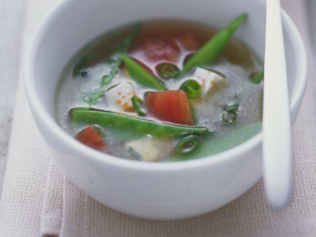 Misosuppe mit Kaiserschoten, Tomaten und Tofu