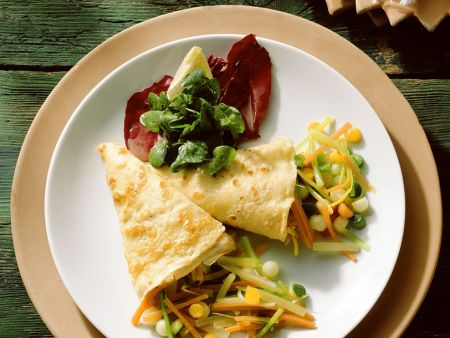 Mit Gemüse gefüllte Pfannkuchen