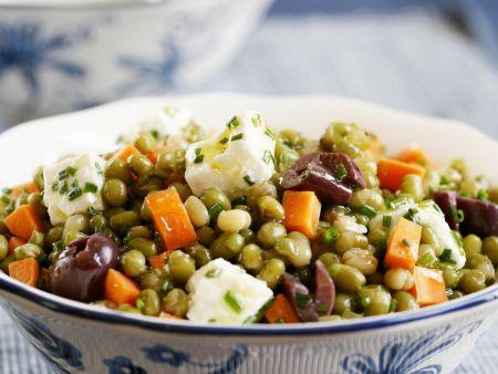 Möhren-Erbsen-Salat mit Schafskäse und Oliven